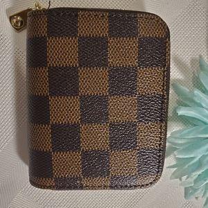 🆕️Stylish checkered zip around accordion w